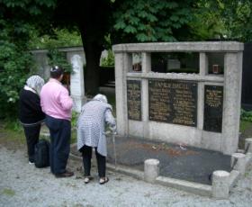 Ingeborg Brüll mit Ron und Sandra Bauer am jüdischen Friedhof, 2006