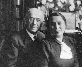 Emma und Julius Pasch im Wohnzimmer in der Anichstraße 1 - 27.02.1938